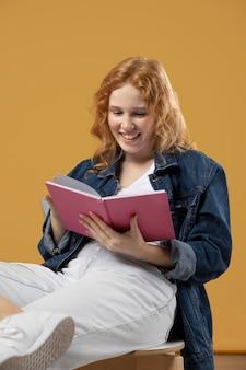 Frau genießt es, ein buch zu lesen