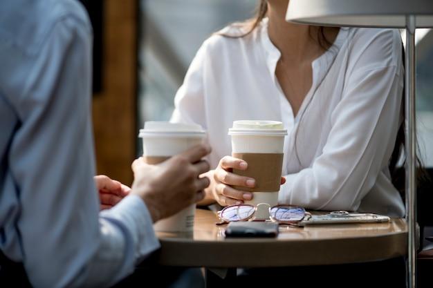 Frau genießt morgenkaffee