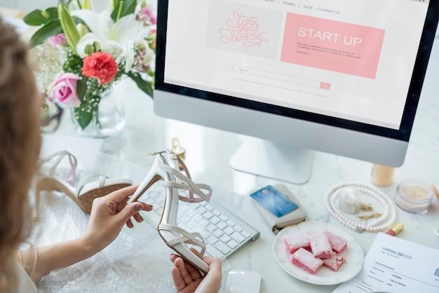 Frau genießt online-shopping