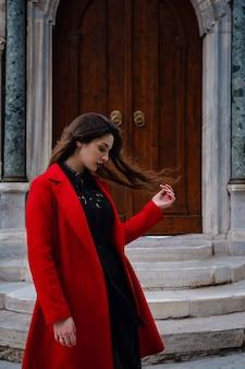 Frau genießt und geht in der nähe der hagia sophia kathedrale