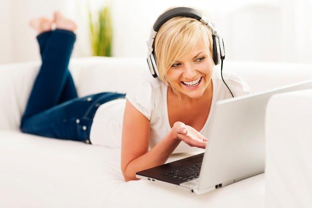 Frau genießt video-chat