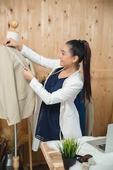 Frau geschäftseigentümer arbeitet in ihrer schneiderei