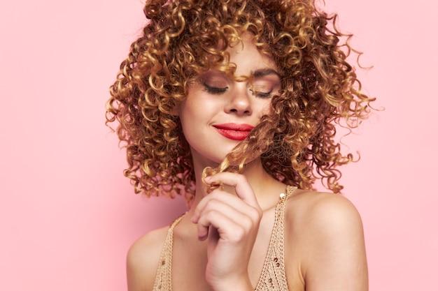 Frau geschlossene augen make-up modell mode kleidung rosa isolierten hintergrund