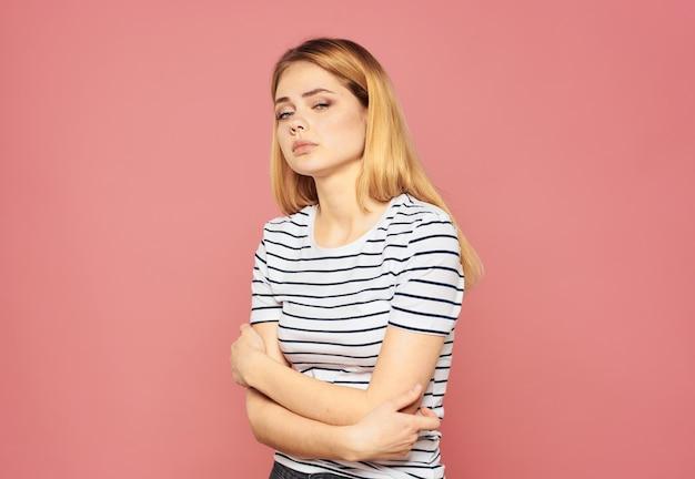 Frau gestreiftes t-shirt blondes modell rosa porträt nahaufnahme emotionen
