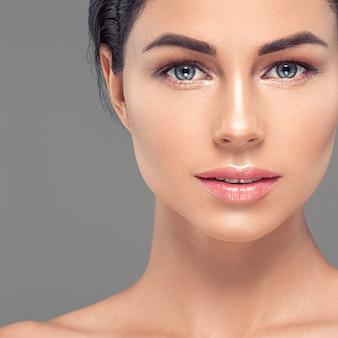 Frau gesunde haut peitscht erweiterung schönheit natürliches make-up kosmetisches alter konzept grauen hintergrund. studioaufnahme.