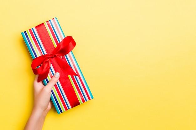 Frau gibt valentinstag geschenkbox mit schleife