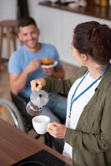Frau gießt tee mittlerer schuss ein