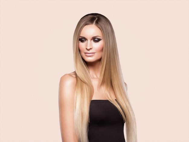 Frau glattes haar blonde lond schönheit natürliches beiläufiges porträt. auf beige.