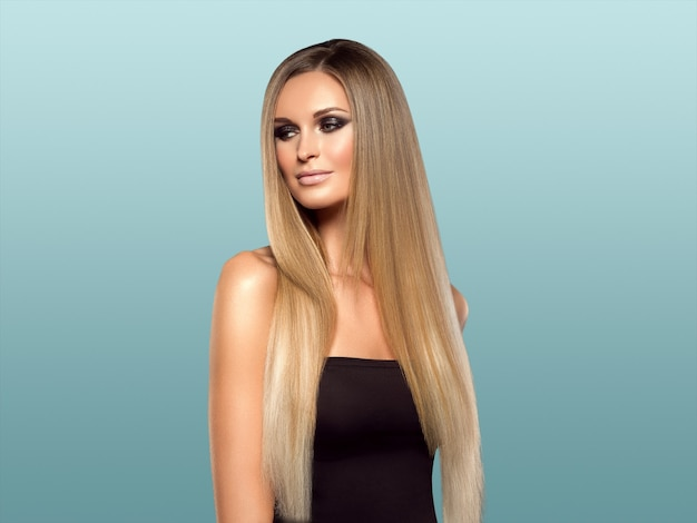 Frau glattes haar blonde lond schönheit natürliches beiläufiges porträt. auf blau.