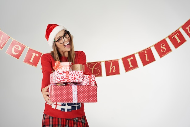 Frau glücklich, einige weihnachtsgeschenke zu geben