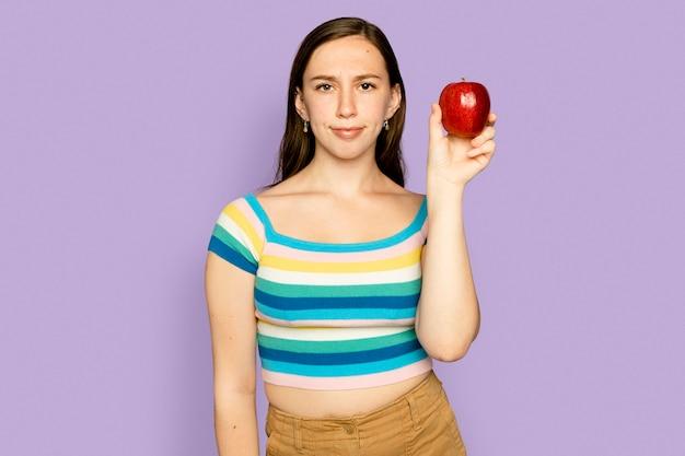 Frau hält apfel für eine kampagne für gesunde ernährung
