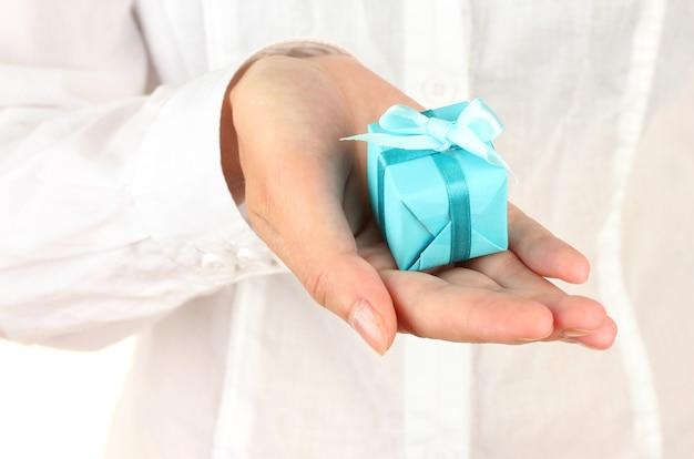 Frau hält box mit geschenk auf weißem hintergrund nahaufnahme