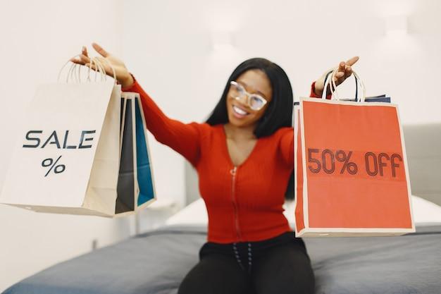 Frau hält bunte einkaufstaschen