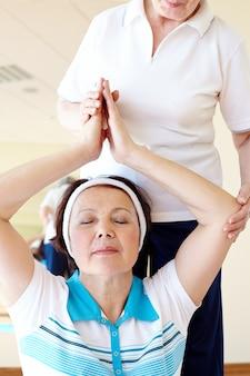 Frau hält den geist und körper aktiv