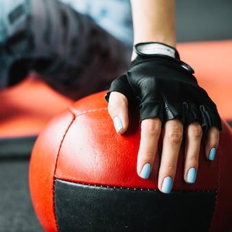 Frau hält die hand auf dem ball