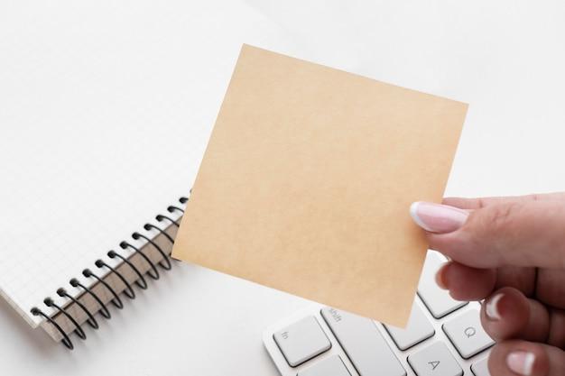 Frau hält eine leere post es