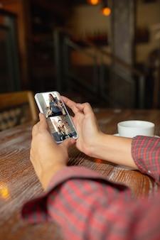 Frau hält eine tablette für videoanruf