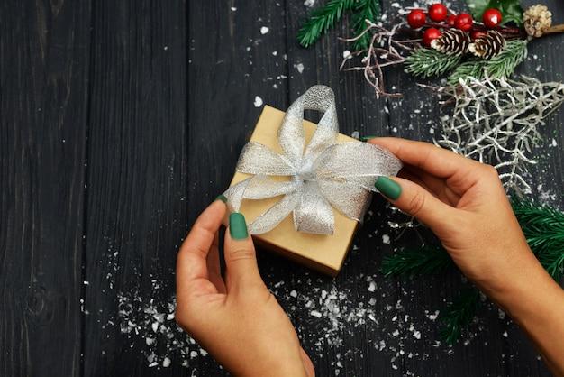 Frau hält eine überraschungsgeschenkbox mit einem bogen