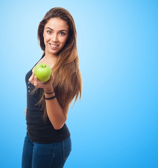 Frau hält einen grünen apfel