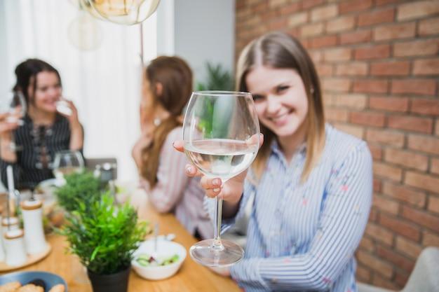 Frau hält glas mit wein