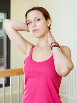 Frau hält ihren hals, weil krank