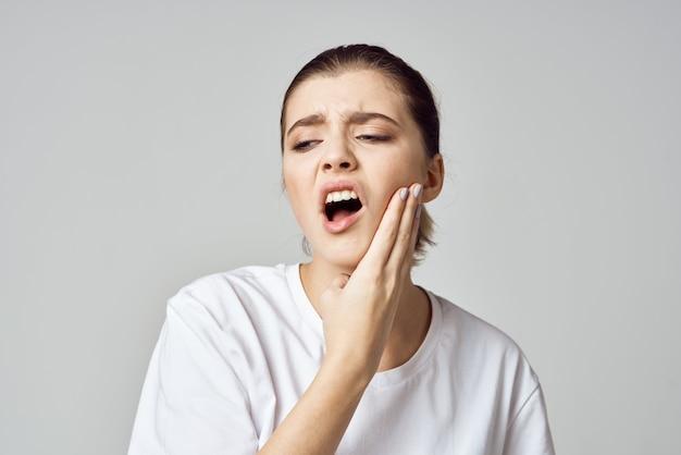 Frau hält ihren kopf stress emotionen unbehagen schmerz nahaufnahme