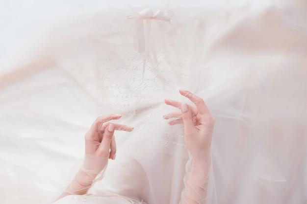 Frau hält in ihrer handtransparente karte mit einer beschriftung