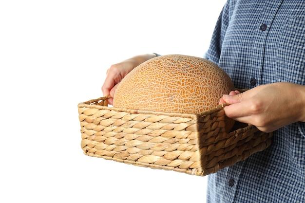 Frau hält korb mit melone, isoliert auf weißem hintergrund