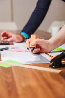Frau hält marker stift lehnt auf schreibtisch