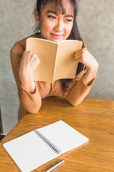 Frau hält notebook