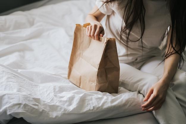 Frau hält papier-öko-tasche in händen