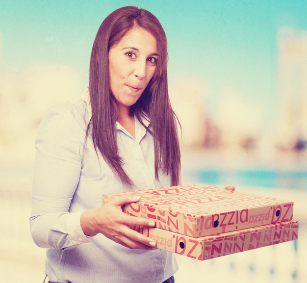 Frau hält pizzakartons