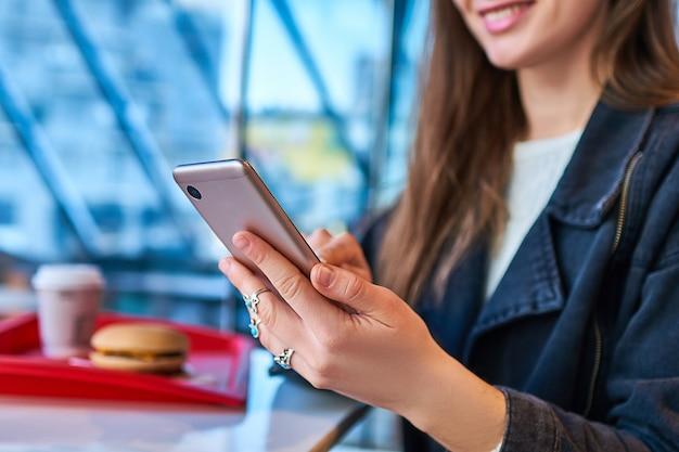 Frau hält smartphone für online-kommunikation. moderne menschen mit digitaler technologie lebensstil