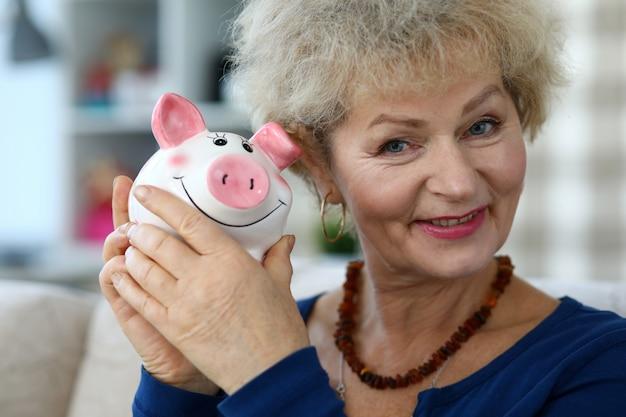 Frau hält sparsamkeitskiste