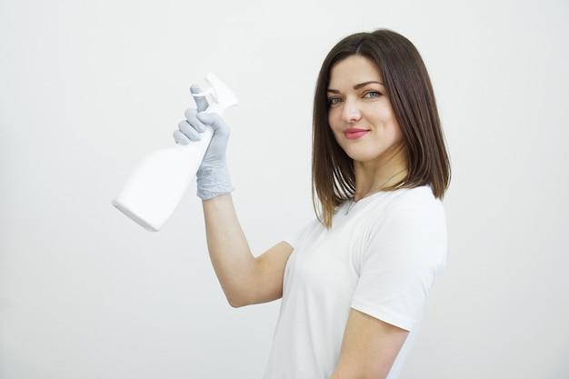 Frau hält sprühflasche mit antiseptikum oder waschmittel wie waffen gesundheit oder reinigungskonzept covid auf weißem hintergrund