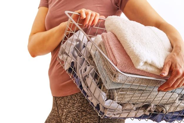 Frau hält wäsche in händen, ruß in pastellfarben