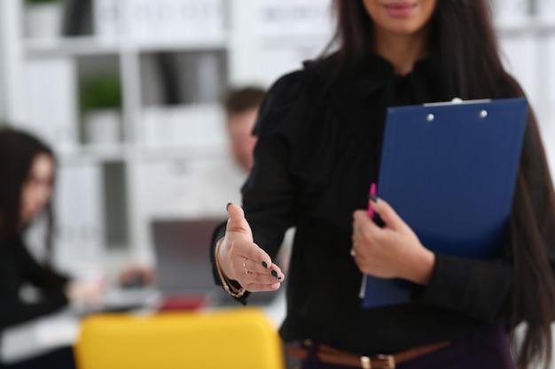 Frau halten dokumentenblock geben arm als hallo