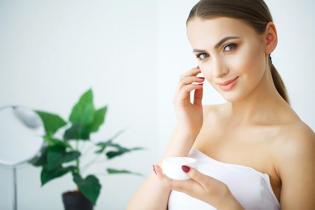 Frau halten kosmetische creme
