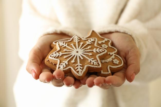 Frau halten leckeren weihnachtsplätzchen
