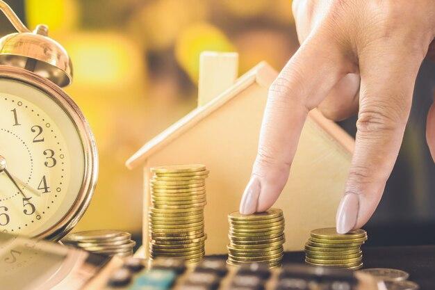 Frau hand finger klettern auf treppen von münzen