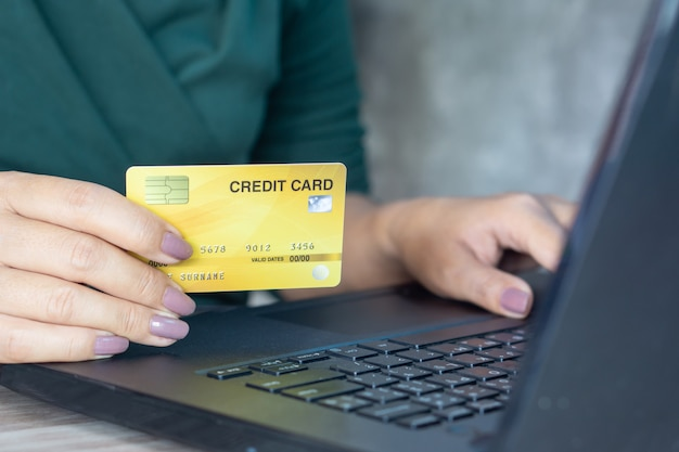 Frau hand hält kreditkarte für online-shopping
