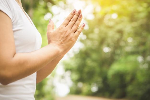 Frau hand macht yoga und beten