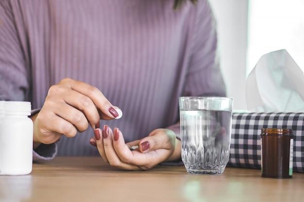 Frau hand medizin mit wasser vorbereiten