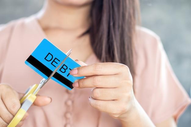 Frau hand schneiden kreditkarte mit der schere