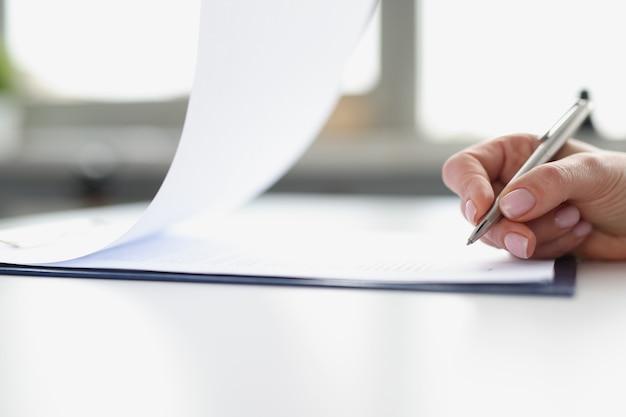 Frau hand unterzeichnung von dokumenten auf zwischenablage mit kugelschreiber nahaufnahme abschluss von verträgen