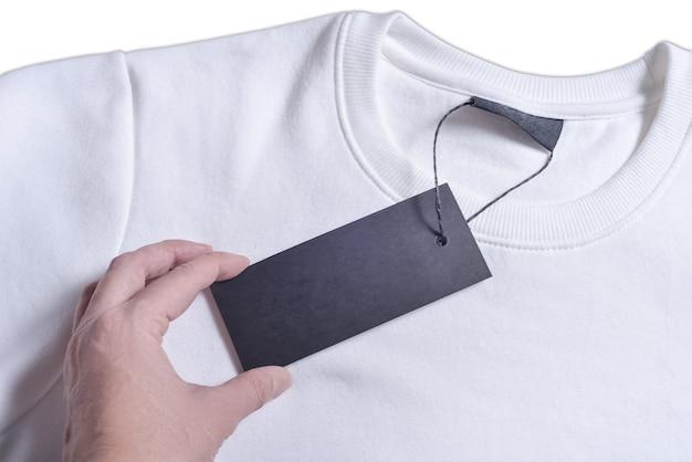 Frau hans hält schwarzes etikett des sweatshirts