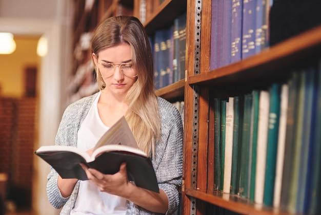 Frau hat freude am lesen von büchern