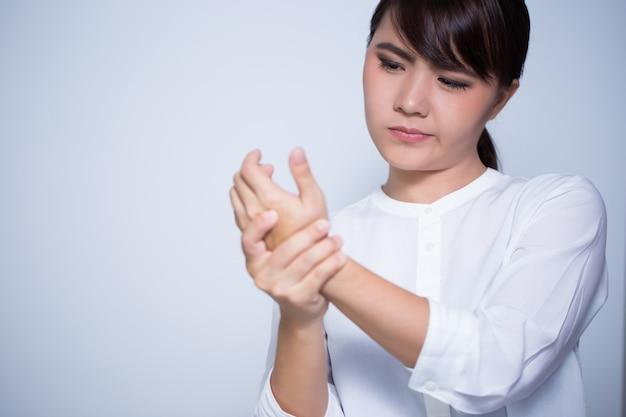 Frau hat handschmerzen