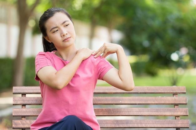 Frau hat körperschmerzen