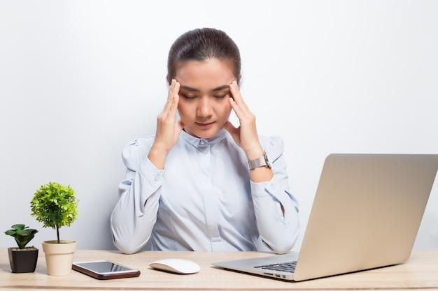 Frau hat kopfschmerzen nach harter arbeit